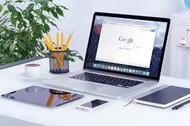 apple bureau apple macbook pro sur le bureau avec la page web de recherche de