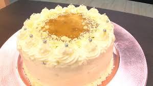gedrehte torte mit rhabarber sahne