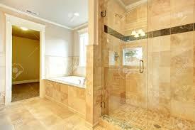 beight und weiße badezimmer mit wanne weiß beige fliesen glastür dusche