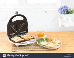 sandwich maker stockfotos und bilder kaufen alamy