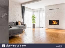 wohnzimmer mit parkett kamin und sofa stockfotografie alamy