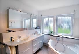 klassisches badezimmer mit eckbadewanne schwörer haus
