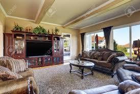 luxuriöses wohnzimmer mit eleganten vintage möbeln beige wände und decke mit balken nordwest usa