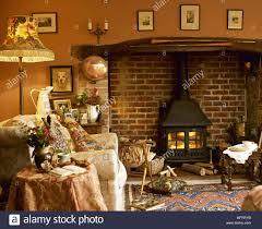 gemütliches wohnzimmer mit kaminecke holzofen und