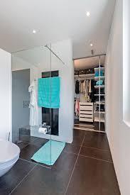begehbarer kleiderschrank neben dem bad mit schiebeelementen