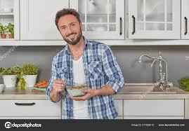 gesunder mann isst müsli der küche stockfotografie
