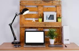 fabriquer un bureau en bois bureau en palettes 18 idées le bureau tendance et facile à