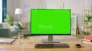personalcomputer mit mockup greenscreendisplay stehend auf dem schreibtisch im büro wohnzimmer gemütlich zuhause des bekannten designers stockfoto und