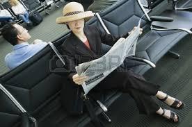 Une Femme Afro Américaine En Lisant Le Journal High Angle De Vue D Une Femme D Affaires Lisant Un Journal Dans Un
