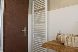 rostoptik neuer trend modernes badezimmer mit holz und