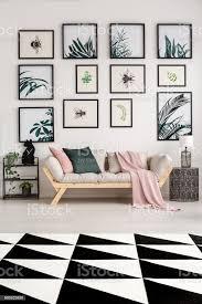 modernes wohnzimmer mit poster stockfoto und mehr bilder atelier