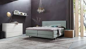kreativer farbmix im schlafzimmer teppich kommode