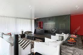 modernes wohnzimmer mit weißen sofas vorhänge an den fenstern